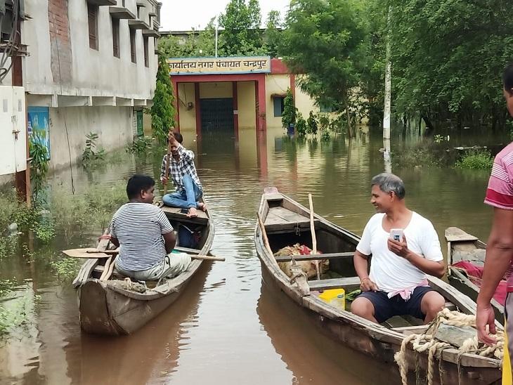 नगर पंचायत चंद्रपुर में जलभराव हो गया। सड़कों पर करीब 4 फीट तक पानी भरा है।