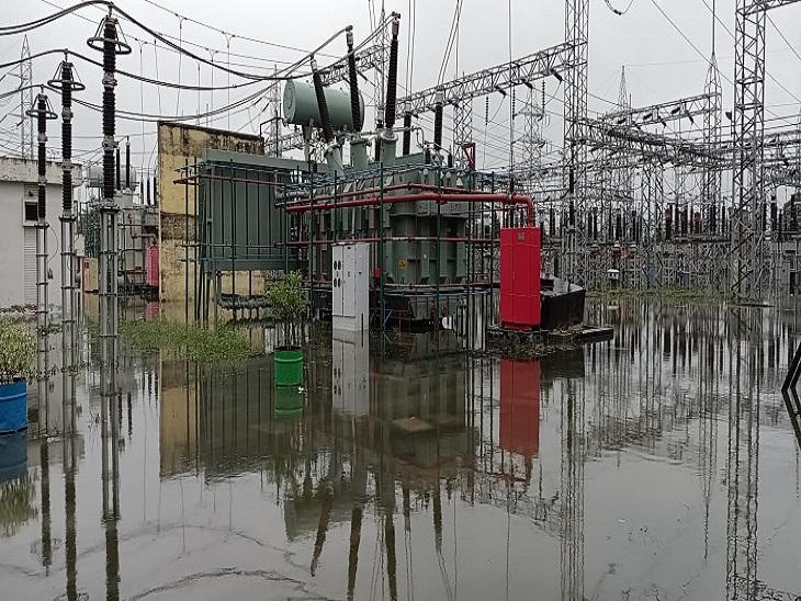 जिले के 35 बिजली स्टेशन पानी में डूबे, 16 घंटे से बिजली आपूर्ति बाधित, सड़के बनी नदी, प्रशासन के दावे फेल|आजमगढ़,Azamgarh - Dainik Bhaskar