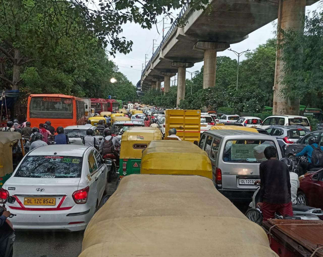 किसान आंदोलन के चलते दिल्ली पुलिस ने कई रास्ते बंद कर दिए हैं।