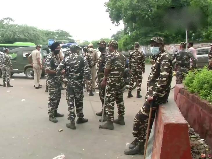 कार्यकर्ताओं को दिल्ली में आने से रोकने के लिए बड़ी संख्या में सैन्यबल को तैनात किया गया है।