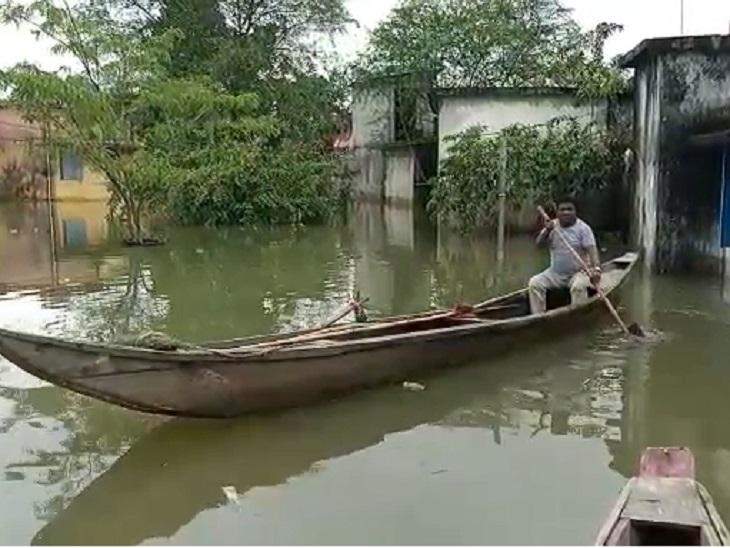 कर्मचारी नाव चलाकर लेने पहुंचे;जांजगीर में भारी बारिश में अस्पताल तक डूबे, हर साल होता है यही हाल|छत्तीसगढ़,Chhattisgarh - Dainik Bhaskar