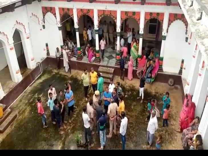 राधा, कृष्ण की प्रतिमा का 40 किलो बताया जा रहा वजन, जांच में जुटी पुलिस, स्थानीय लोगों में गुस्सा|आजमगढ़,Azamgarh - Dainik Bhaskar