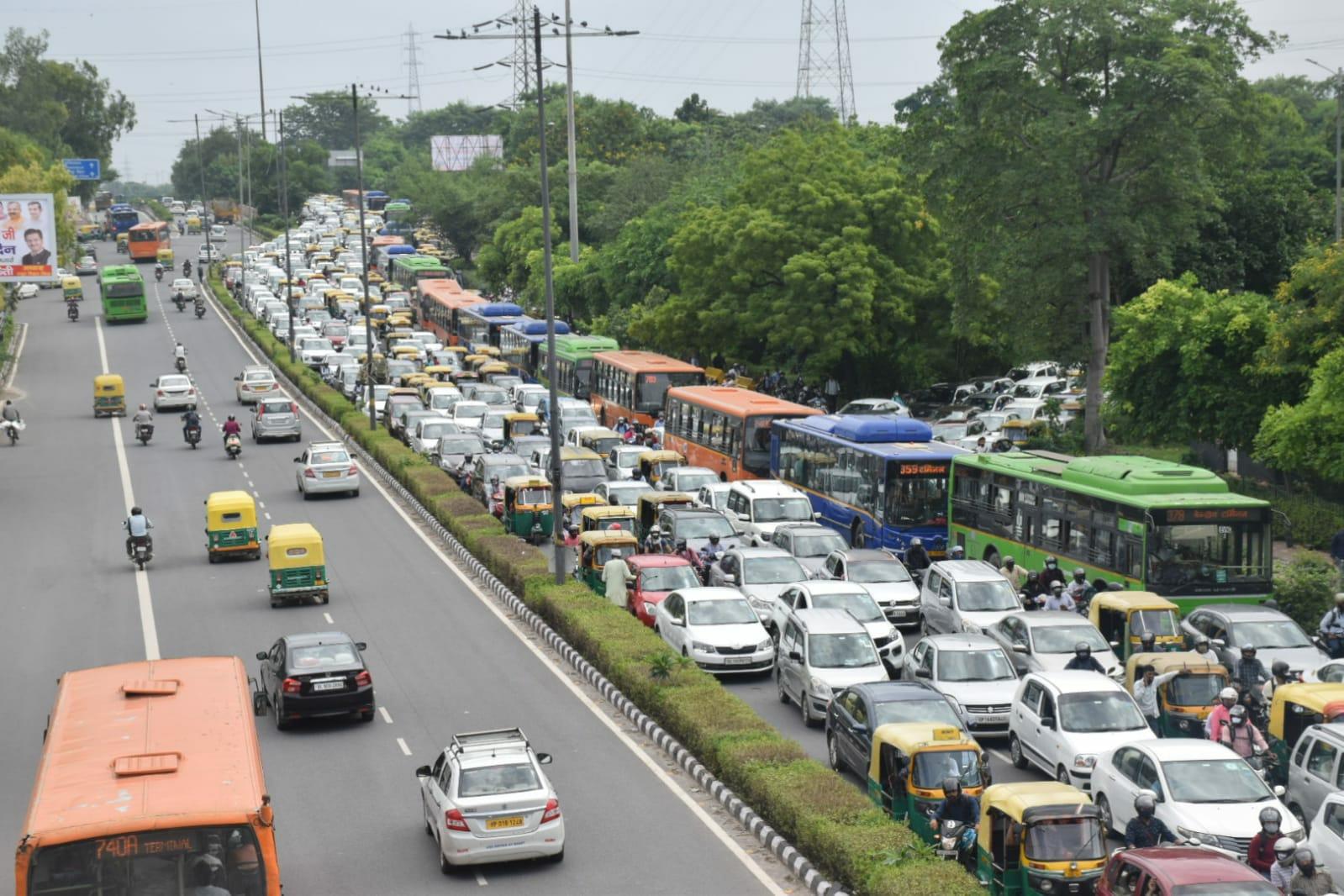 गाजियाबाद ट्रैफिक पुलिस ने जारी किया अलर्ट, कहा- यूपी से दिल्ली जाने के लिए इन रास्तों का प्रयोग न करें; कई हाईवे जाम गाजियाबाद,Ghaziabad - Dainik Bhaskar