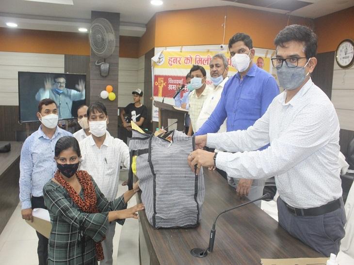 PM मुद्रा लोन योजना के तहत बांटे गए चेक, 31 लाभार्थियों को किया गया लाभान्वित|आजमगढ़,Azamgarh - Dainik Bhaskar
