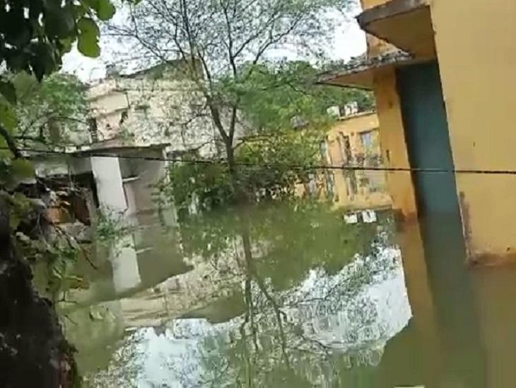 इससे पहले स्वास्थ्य विभाग ने अपने कर्मचारियों को वहां से शिफ्ट कर दिया था। SLRM सेंटर जहां कचरे से खाद बनाने का काम होता है, वह पूरा डूब चुका है।