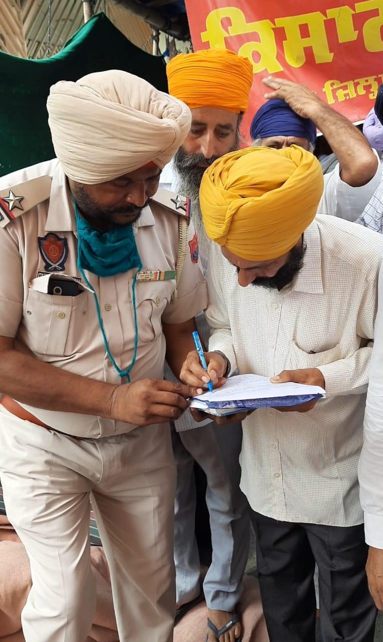 मौके पर पहुंचकर कार्रवाई में जुटी पुलिस किसानों के बयान लेते हुए।