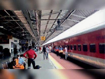 प्लेटफार्म हंगामा मचाते यात्री। - Dainik Bhaskar