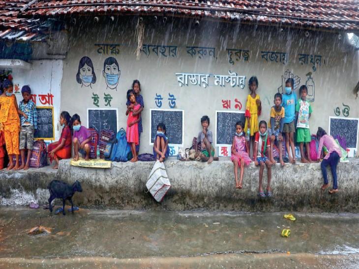 पश्चिम बंगाल का एक ऐसा स्कूल जहां चबूतरे पर लगती हैं कक्षाएं; लैपटॉप और माइक्रोस्कोप के जरिए होती है पढ़ाई|देश,National - Dainik Bhaskar