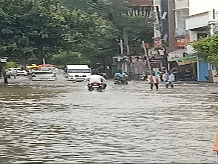 72 घंटे से हुई बारिश ने तोड़ा 15 वर्षों का रिकार्ड, अंधेरे में डूबा शहर, प्रशासन की तैयारियों पर फिरा पानी|आजमगढ़,Azamgarh - Dainik Bhaskar