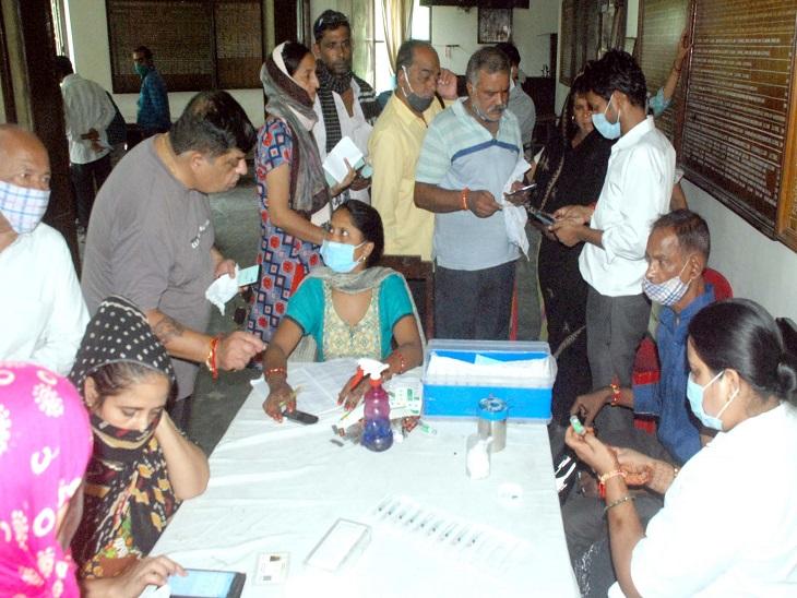 कोरोना संक्रमण से लोगों को बचाने के लिए 16 जनवरी से टीकाकरण अभियान चलाया जा रहा है। लेकिन 8 महीनेके अभियान में 40 लाख की आबादी में से 15 सितंबर तक 16,74,928 लोगों का ही टीकाकरण हो पाया है। - Dainik Bhaskar