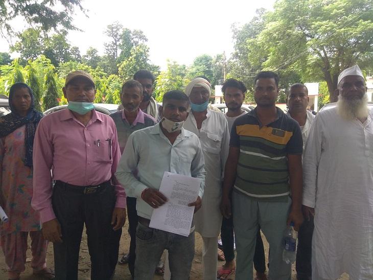 एसएसपी से मिलने पहुंचे पीड़ित ग्रामीण। - Dainik Bhaskar