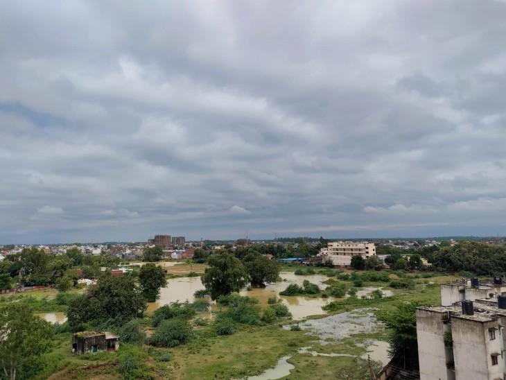 फोटो लखनऊ की है। यहां 24 घंटे की बारिश के बाद कभी धूप निकल रही तो कभी बादल छा रहे।