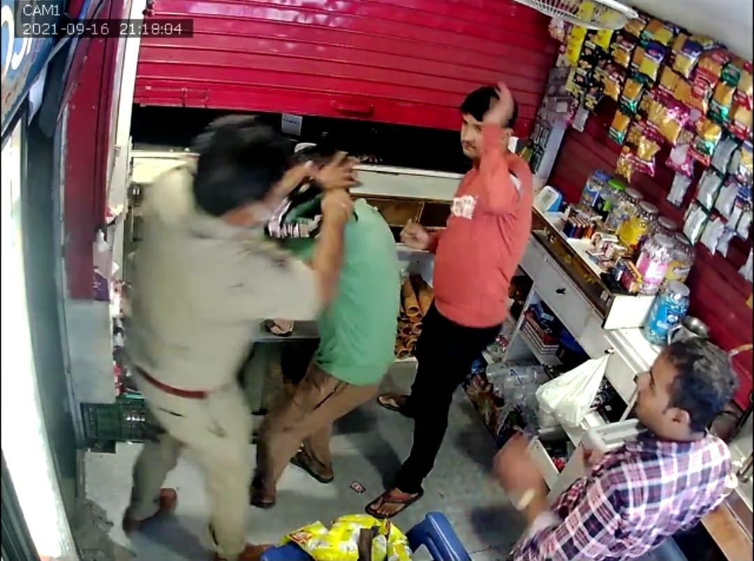 गाजियाबाद में पुलिसवालों की गुंडई, पहले पीटा और फिर 50 हजार लेकर दुकानदार को छोड़ने का आरोप; इंस्पेक्टर सस्पेंड गाजियाबाद,Ghaziabad - Dainik Bhaskar