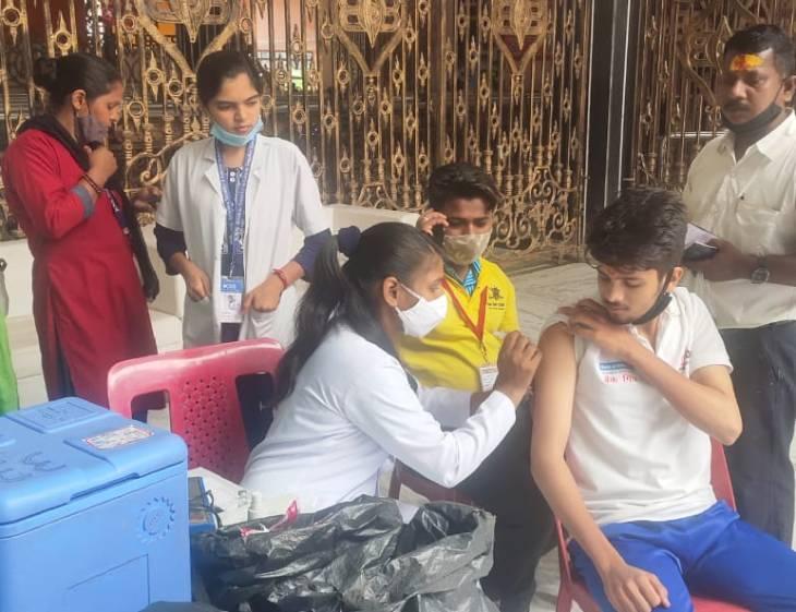 वैक्सीन के लिए 90 लोगों की टीम ने रिकॉर्ड 3 लाख से अधिक फोन लगाए, टारगेट 1.44 लाख टीके, सुबह 11 बजे तक 10400 को लगाए उज्जैन,Ujjain - Dainik Bhaskar