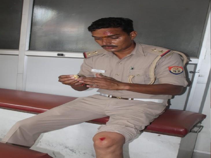 चौराहे पर मौजूद पुलिस ने बाइक सवार युवक को दौड़ाकर दबोचा, घायल दरोगा का इलाज के लिए हॉस्पिटल भेजा, आरोपी पर दर्ज होगी एफआईआर|कानपुर,Kanpur - Dainik Bhaskar