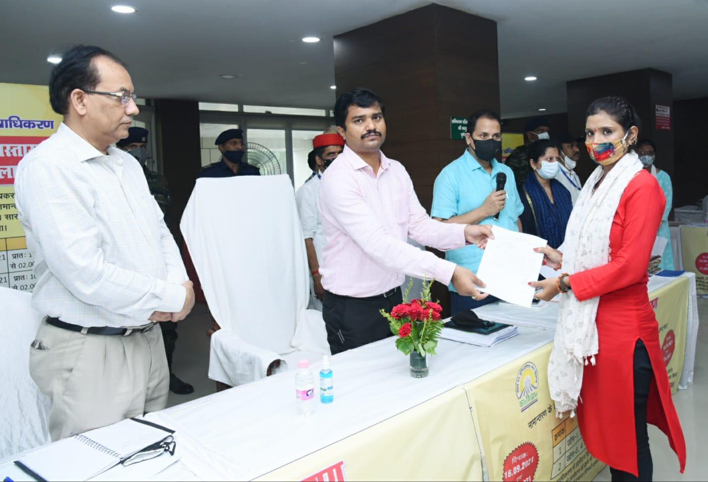 20 महीने से संपत्ति का नामांतरण कराने के लिए लगा रहे थे चक्कर, 4 घंटे में मिल गया नामांतरण पत्र, 26 लाख का रेवेन्यू भी मिला|कानपुर,Kanpur - Dainik Bhaskar