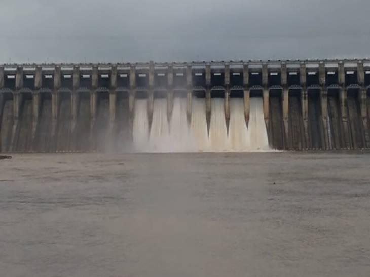जलक्षेत्र का जलस्तर 422.55 मीटर पहुंचा, 39 हजार क्यूसेक पानी की आवक, 25 हजार क्यूसेक से अधिक छोड़ रहे डैम से पानी, दो मीटर तक बढ़ जाएगा जलस्तर जबलपुर,Jabalpur - Dainik Bhaskar