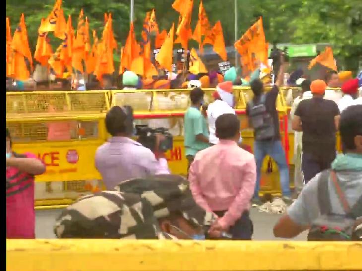 दिल्ली के DCP दीपक यादव ने बताया कि शिरोमणि अकाली दल के विरोध प्रदशर्न में कुछ लोग यहां जमा हुए थे। हमने उनके नेताओं से बात की और उन्हें सूचना दी कि यहां प्रदर्शन करने की अनुमति नहीं है। फोटो गुरुद्वारा रकाबगंज के पास की है।