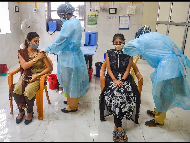 मुंबई में खास कोरोना वैक्सीनेशन ड्राइव में डोज लगवातीं महिलाएं।
