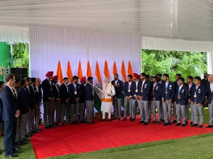 टोक्यो से लौटने के बाद भारतीय पुरुष हॉकी टीम ने PM मोदी को ऑटोग्राफ की गई हॉकी स्टिक भेंट की थी।