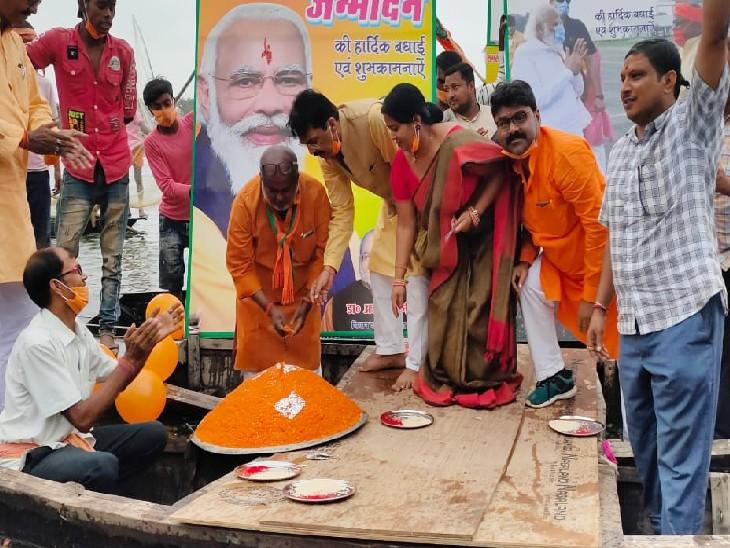 दरभंगा में मछुआरा समाज ने अनोखे अंदाज में मनाया प्रधानमंत्री का जन्मदिन; नाव पर 71 किलो का केक भी काटा बिहार,Bihar - Dainik Bhaskar