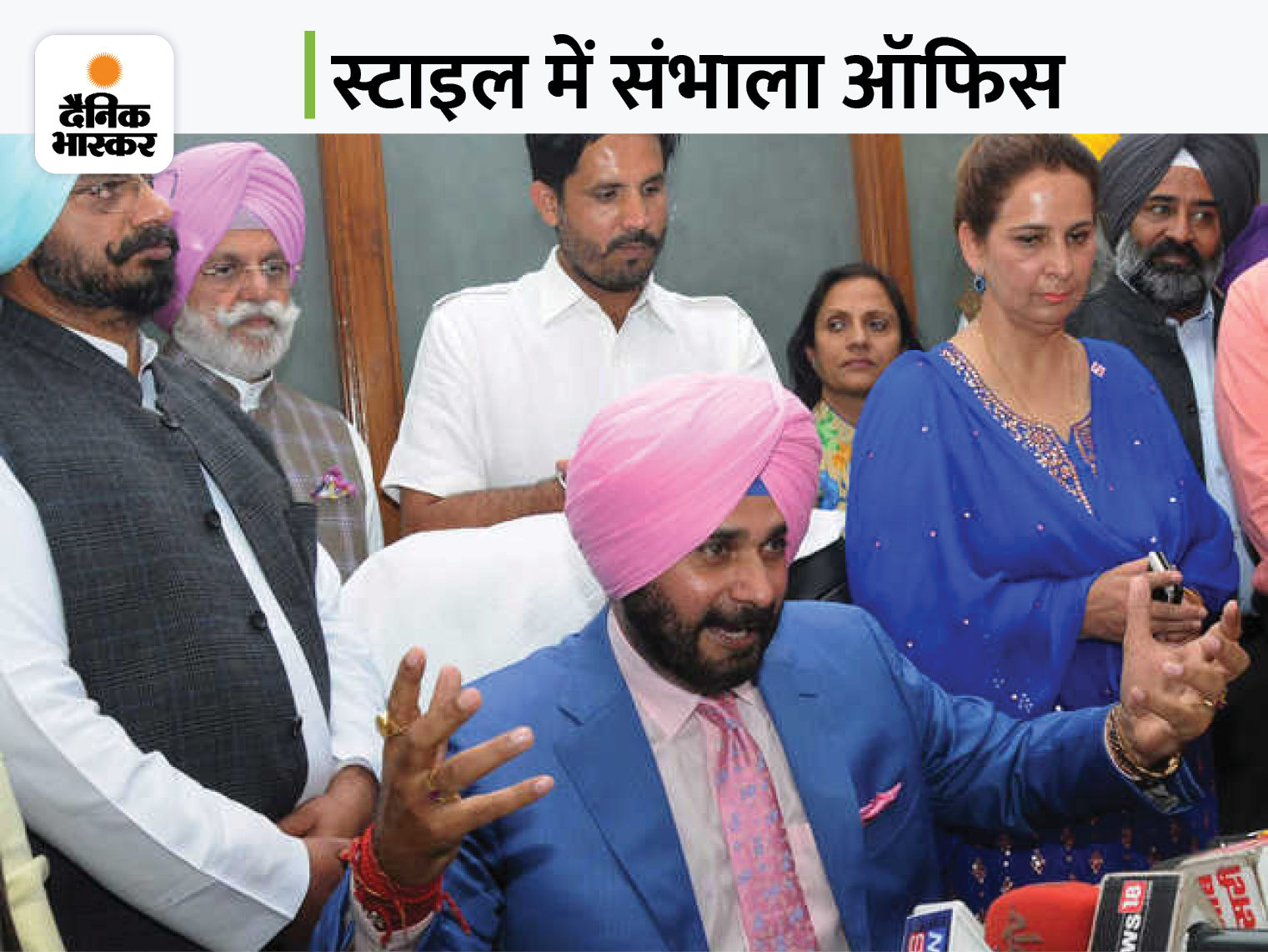 18 मार्च 2017- सिद्धू अमरिंदर की कैबिनेट में मंत्री बने और पहले दिन पत्नी के साथ दफ्तर पहुंचे। फोटो पोस्ट कर लिखा- कैप्टन की आर्मी का सिपाही।