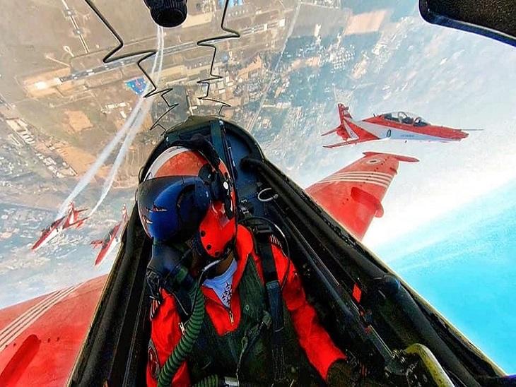 पायलट दीपांकर गर्ग ने अपने अपने प्लेन के अंदर की तस्वीर पोस्ट करते हुए बताया कि एयर शो के दौरान वहां से कैसा नजारा दिखता है।