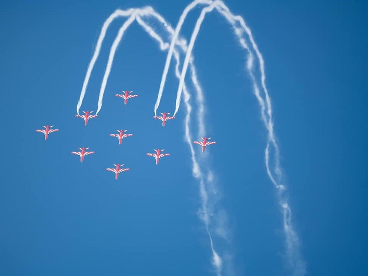 रिहर्सल के दौरान आसमान में करतब दिखाती एयरफोर्स की टीम।