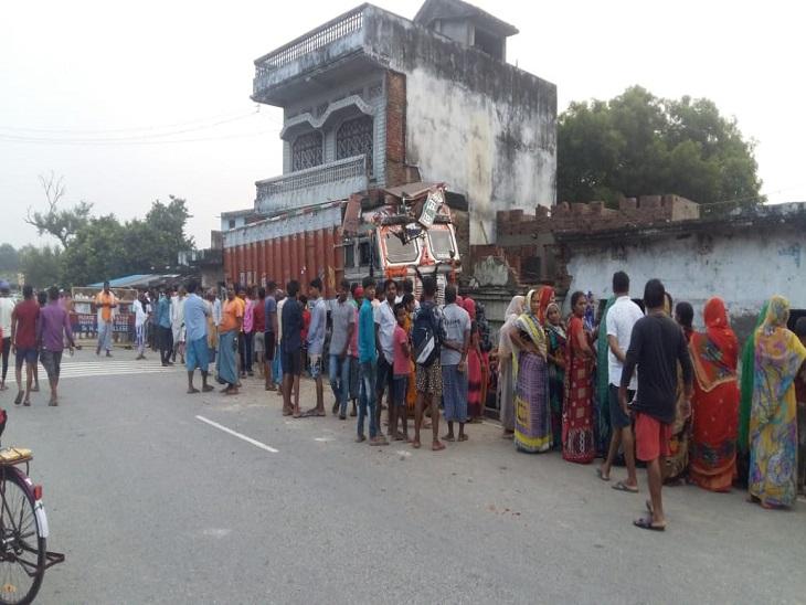 सड़क किनारे सो रहे थे पति-पत्नी; हादसे के बाद ड्राइवर ट्रक छोड़कर फरार|आजमगढ़,Azamgarh - Dainik Bhaskar