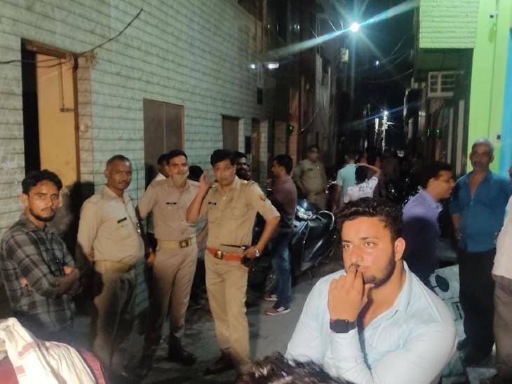 घटना के बाद आसपास पुलिस फोर्स तैनात कर दी गई है।