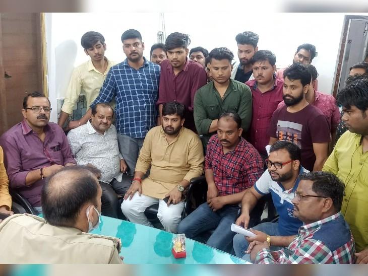 गांधी पार्क थाने में भाजपा कार्यकर्ता पहुंचे और उन्होंने इस मामले में पुलिस से केस दर्ज करने की मांग की। पुलिस ने उनसे शिकायती आवेदन ले लिया है।