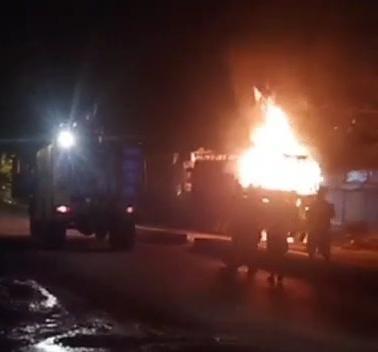 इटारसी में नेशनल हाईवे पर आग से जलते ट्रक को बुझाने का प्रयास करते कर्मचारी - Dainik Bhaskar