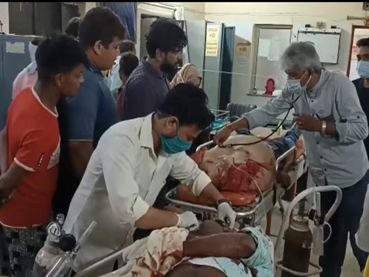 आई-10 कार को तेज रफ्तार ट्रक ने मारी टक्कर, अलीगढ़ में तैनात इनकम टैक्स अफसर और उनके सहायक की मौत, एक गंभीर अलीगढ़,Aligarh - Dainik Bhaskar