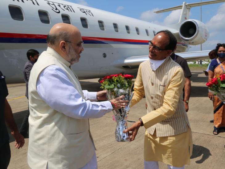 मुख्यमंत्री शिवराज सिंह चौहान ने गुलदस्ता देकर गृह मंत्री अमित शाह का स्वागत किया।