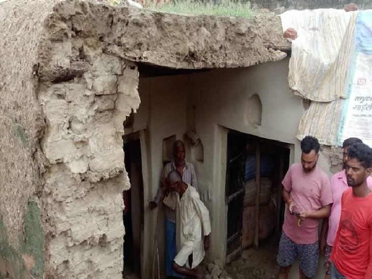 घर में सो रही महिला व उसके परिवार पर गिरी कच्ची दीवार, एक की मौत; दो लोग गंभीर रूप से घायल|कन्नौज,Kannauj - Dainik Bhaskar