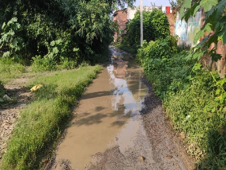 शहीद के गांव जाने वाली सड़क पर भरा पानी।