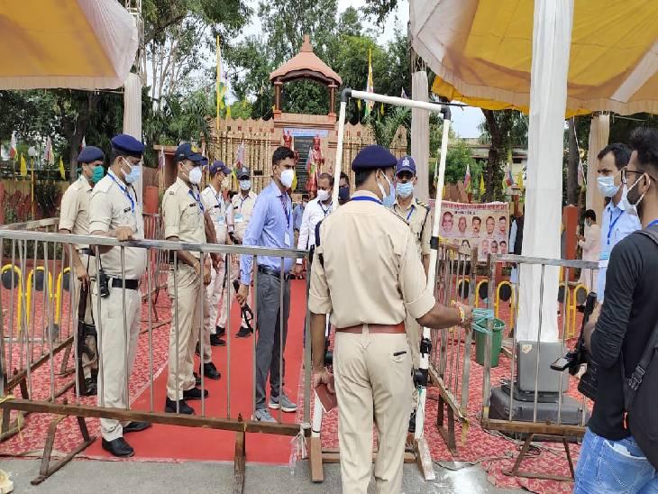 जबलपुर में मालगोदाम प्रतिमा स्थली पर पुलिस ने बेरीकेटिंग कर सख्त सुरक्षा व्यवस्था की है। - Dainik Bhaskar