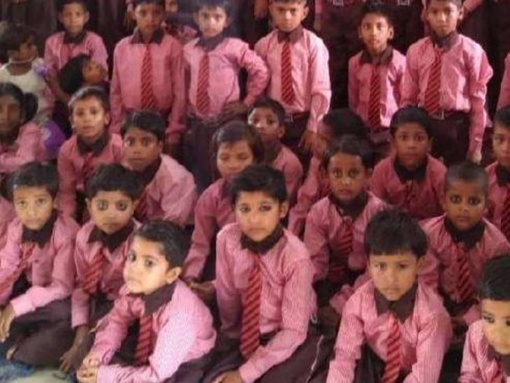 योगी सरकार ने सत्ता में आने के बाद बच्चों के ड्रेस का रंग बदल दिया था। इससे पहले खाकी रंग की ड्रेस चलती थी।