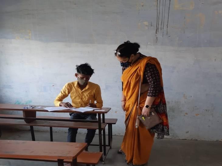 लखनऊ में एक परीक्षा केंद्र पर परीक्षा देता छात्र।