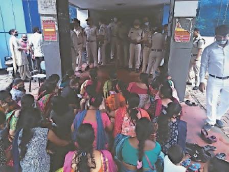 डीओएम दफ्तर में धरना देते मंडल के गार्ड व उनके परिवार। - Dainik Bhaskar