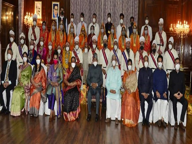 President and others in group portrait with artists at Raj Bhavan.