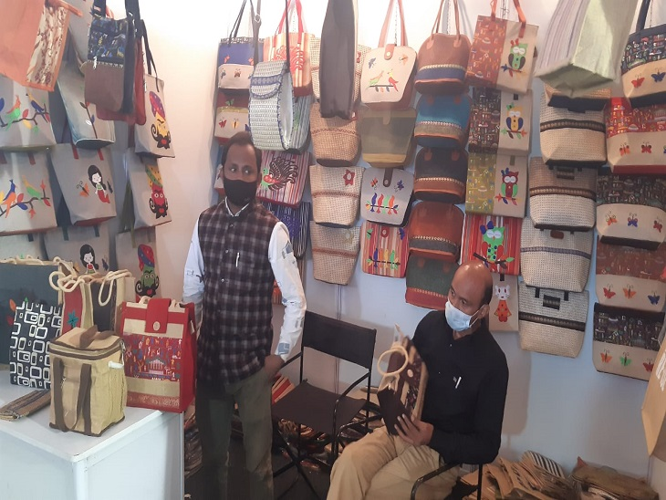 Traders arrived with jute goods from Delhi.