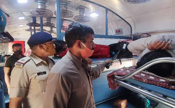जीआरपी ने कोच के अंदर जाकर भी जांच की।