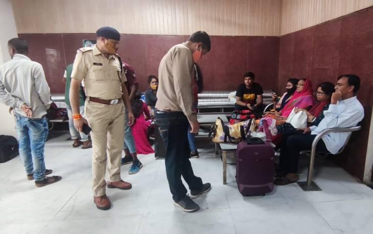 वेटिंग हॉल में बैठे यात्रियों के सामान की भी जांच की गई।