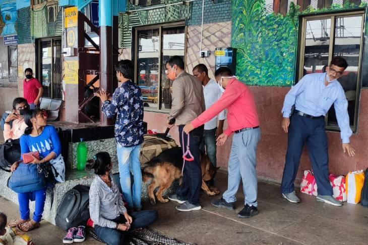 रेलवे स्टेशन पर चैकिंग की गई। बीडीएस ने अपने साथ स्नीफर डॉग को भी रखा गया। - Dainik Bhaskar