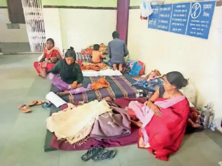 बैकुंठपुर जिला अस्पताल के बच्चों के वार्ड में बेड नहीं बचे। - Dainik Bhaskar