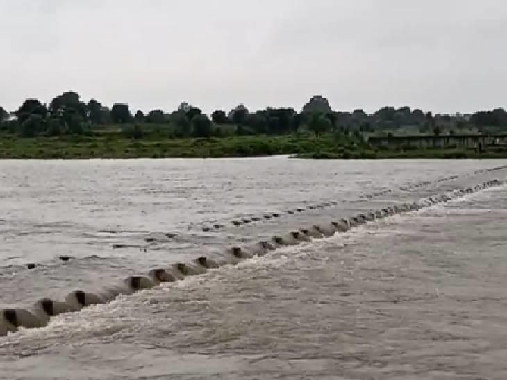 मंदसौर में नाहरगढ़-बिल्लोड़ पुल से बहता पानी।