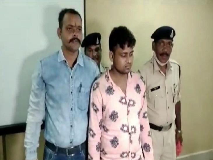 पुलिस गिरफ्त में चोर रवि। - Dainik Bhaskar