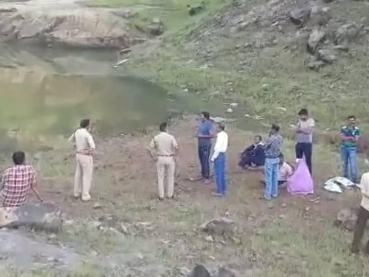 अंबाडा खदान में विसर्जन के दौरान डूबे युवक की तलाश में जुटी पुलिस टीम