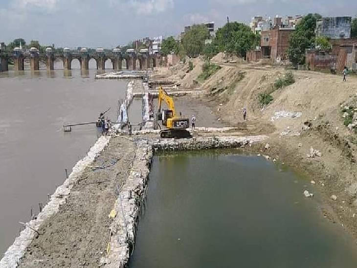 जौनपुर में दोबारा जलमग्न हुई 8 करोड़ की योजना, नमामि गंगे परियोजना के तहत हो रहा काम, स्वच्छ गोमती अभियान ने लगाए आरोप जौनपुर,Jaunpur - Dainik Bhaskar